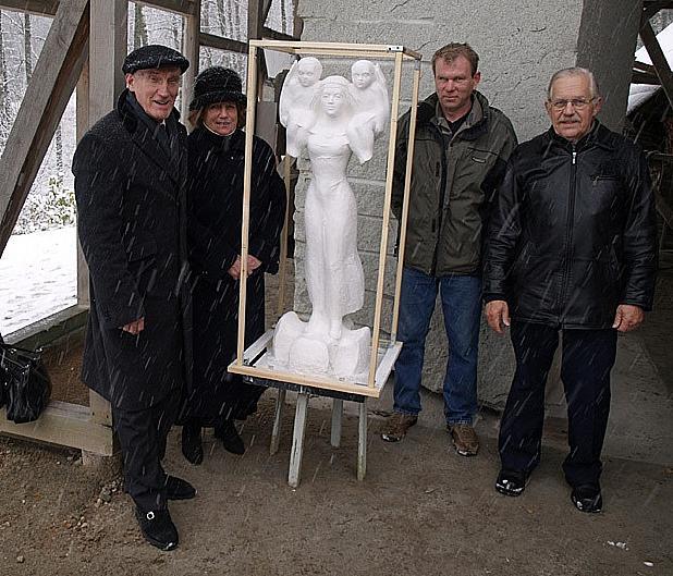 Vasakult: skulptorid Riho ja Ilme Kuld, teisel pool maketti kiviraidur Margus Kurvits ja idee autor Hans Sissas (foto: Eesti Elu)