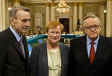 Mauno Koivisto (vasakul) koos praeguse presidendi Halosega ja endise presidendi Ahtisaariga (foto: www.presidentti.fi)