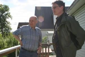 Režissöör Jaan Kolberg (paremal) esimesel võttel Pärnus Põderi sõbra ja pinginaaber Joosep Tammo juures
