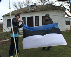 Katkend filmist. Tiina Rekand heiskab Eesti tare ees lipu. Foto: HTM