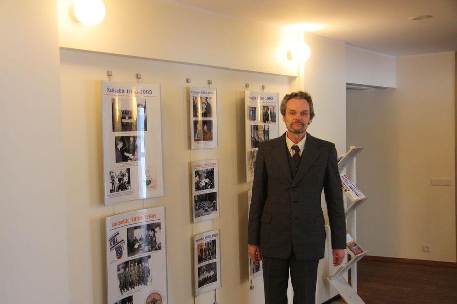 Näituse koostaja Tanel Lään näituse taustal (foto: Kaitseliit)