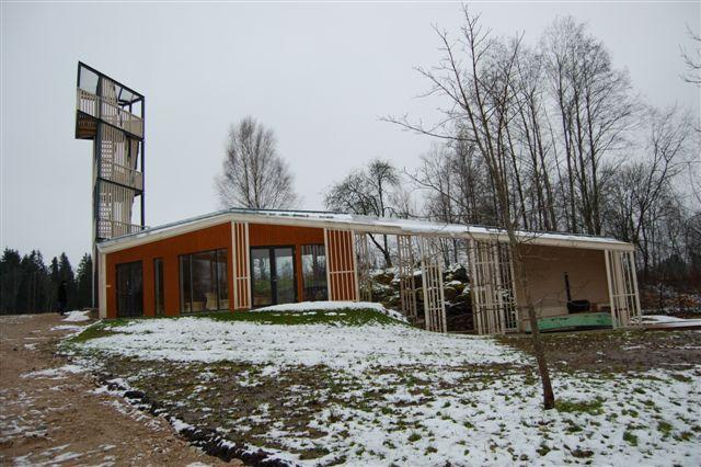 Energia talu teemaja on õhuline ja hästi maastiku sulanduv
