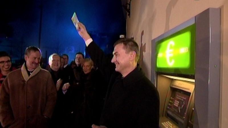 Peaminister Andrus Ansip võttis välja esimesed 20 eurot (Foto: ERR)