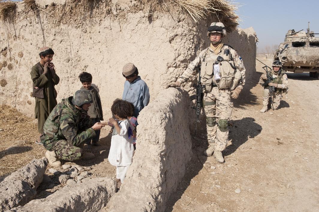 Afganistani Rahvusliku Armee jalaväekompanii ülem suhtlemas ühispatrulli käigus kohalike lastega, esiplaanil paremal Estcoy-11 ülem major Ranno Raudsik Foto: Endel Apsalon / www.mil.ee