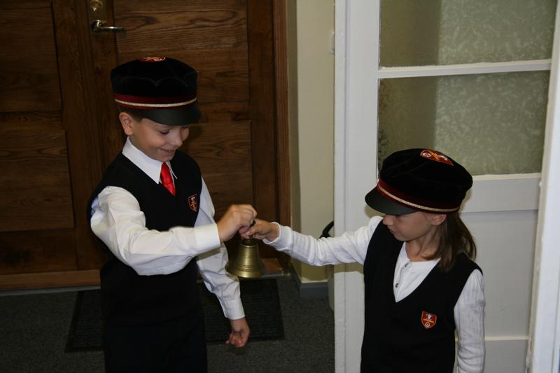 Toomkooli 1. klassi õpilased avamist piduliku kellalöömisega alustamas (foto: EELK)