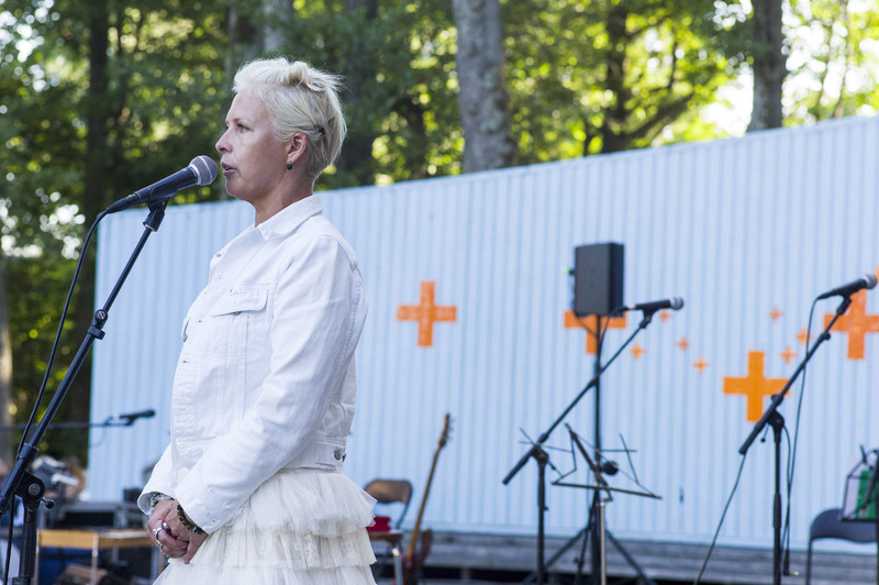 Evelin Ilves Kärdla laululaval festivali avamas (foto: Toomas Kokovkin)